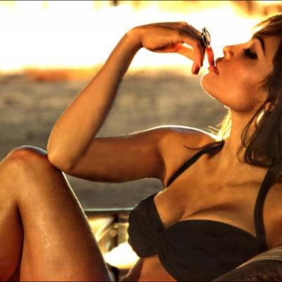 Rosario Dawson... Η μελαμψή καλλονή στις πιο αισθησιακές της πόζες!