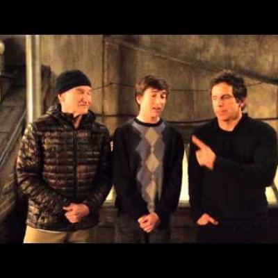 Robin Williams & Ben Stiller βοηθούν τον συμπρωταγωνιστή τους να κάνει πρόταση σε κοπέλα για τον σχολικό χορό!