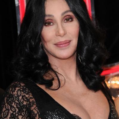 Η Cher ΣΟΚΑΡΕΙ με την αποκαλυπτική της εμφάνιση!