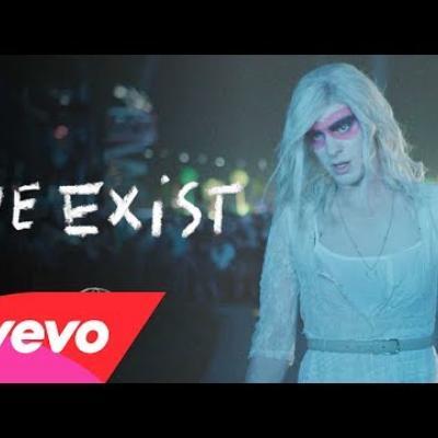 Ο Andrew Garfield ντύνεται θηλυκά για τους Arcade Fire