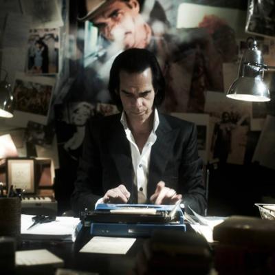 Ο Nick Cave μας κοιτά απ' το γραφείο του στη πρώτη αφίσα του «20000 Days on Earth»