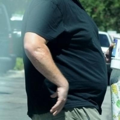 Εκτός του ότι έχει πάρει πόσα κιλά.. δεν ξέρει να ντύνεται κιόλας!