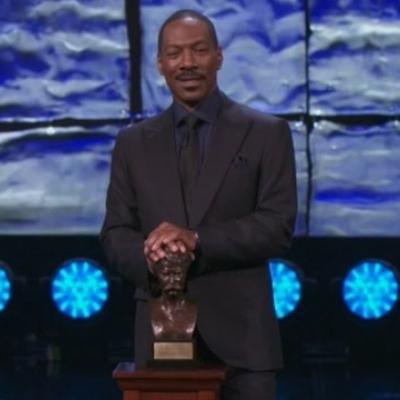 Ο Eddie Murphy σατιρίζει τον Bill Cosby ενώ παραλαμβάνει το βραβείο του