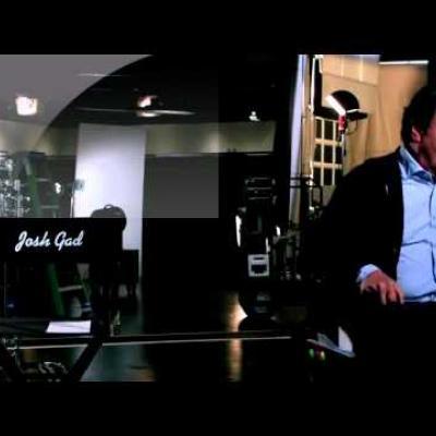 Ο Billy Crystal και ο Josh Gad ετοιμάζονται για τη κωμική σειρά «The Comedians»