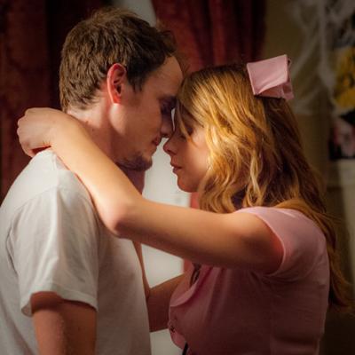 Ο Anton Yelchin έχει προβλήματα με τη κοπέλα του στο «Burying the Ex»