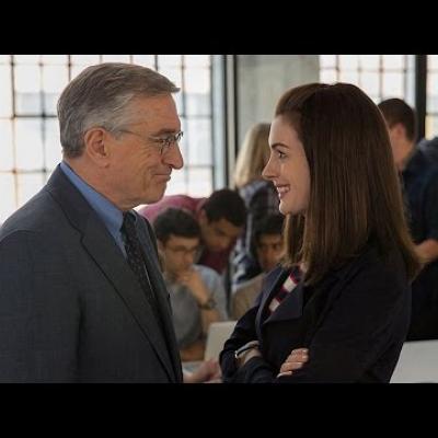 Ο Robert De Niro κάνει τη πρακτική του με την επίβλεψη της Anne Hathaway στο trailer του «The Intern»