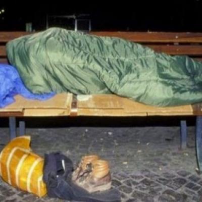 Ποιος διάσημος κοιμάται πλέον στα παγκάκια;