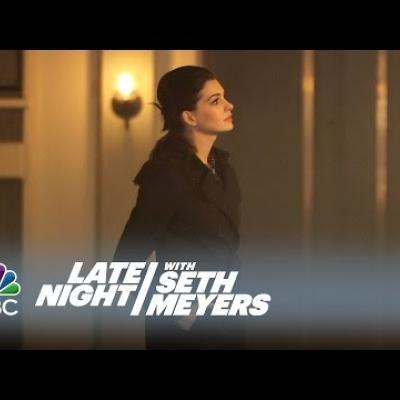 Η Anne Hathaway και ο Seth Meyers παρωδούν τις ρομαντικές κομεντί
