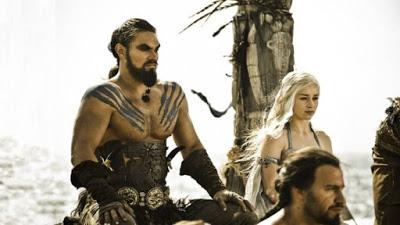 """Η """"πιπεράτη"""" αποκάλυψη της Emilia Clarke για την πρώτη ερωτική σκηνή με τον Jason Momoa στο Game of Thrones!"""