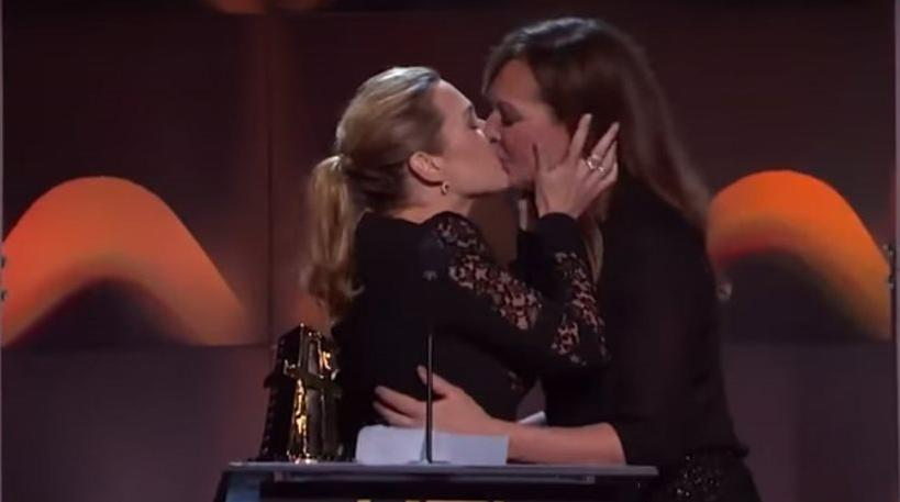 Βίντεο: Το «καυτό» φιλί της Κέιτ Γουίνσλετ και της Άλισον Τζέινι