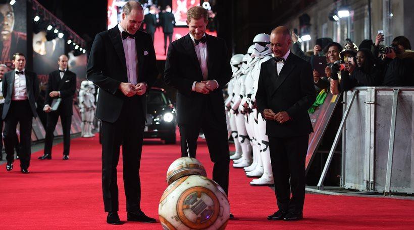Ο BB-8 υποδέχθηκε τους «Stormtroopers» Γουίλιαμ και Χάρι στην πρεμιέρα του «Last Jedi»