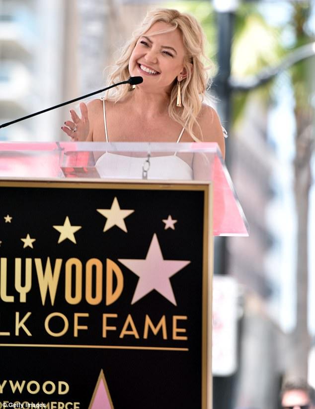 Λαμπερή και σέξι στη βράβευση της μητέρας της Goldie Hawn με το δικό της αστέρι της Goldie Hawn στo Hollywood