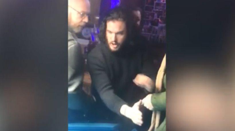 Βίντεο: Πέταξαν έξω από μπαρ τον «Τζον Σνόου» επειδή έγινε «στουπί» κι έκανε σαματά!