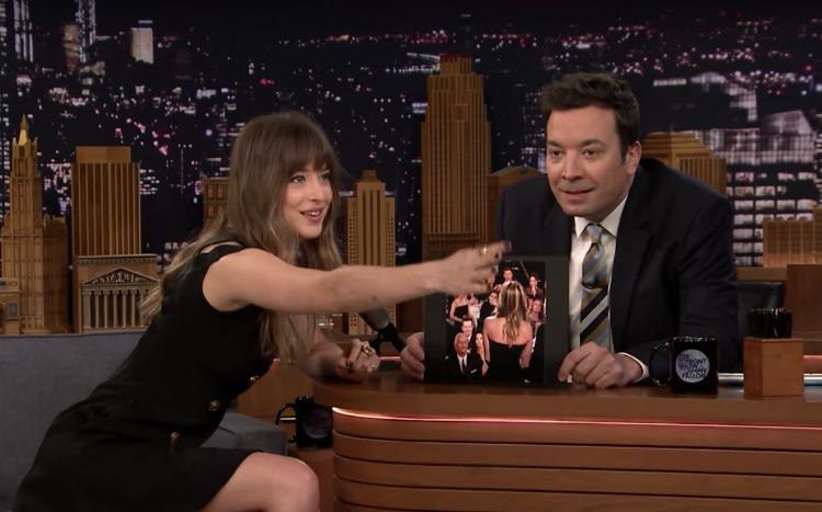 H Dakota Johnson σχολιάζει την αστεία της στιγμή στις Χρυσές σφαίρες