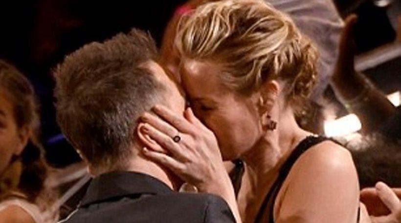 Σαμ Ρόκγουελ: Γιόρτασε το Όσκαρ του με ένα καυτό φιλί στη σύντροφό του