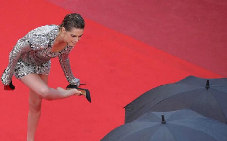 H Kristen Stewart έβγαλε τα τακούνια της στο κόκκινο χαλί