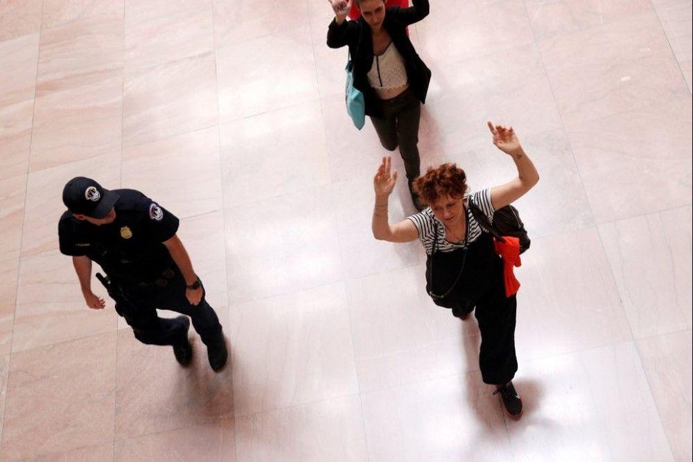 Η Σούζαν Σάραντον συνελήφθη ενώ διαμαρτύρονταν για την μεταναστευτική πολιτική του Τραμπ