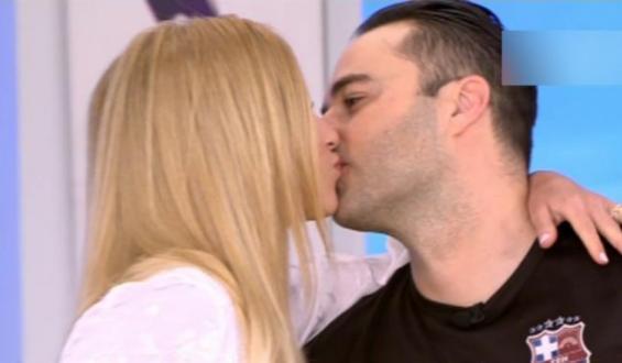 Κώστας Φραγκολιάς: Η on air έκπληξη της συντρόφου του και το τρυφερό τους φιλί